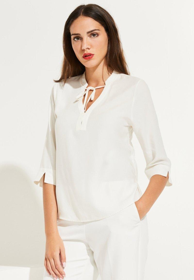 comma - MIT V-AUSSCHNITT - Bluse - white