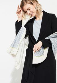 comma - ALLOVERMUSTER - Scarf - champagner contrast logo - 2