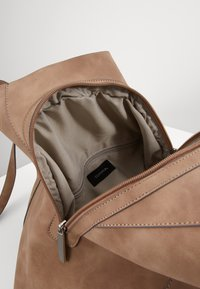 comma - DINNER PARTY  - Shopping bag - taupe - 3