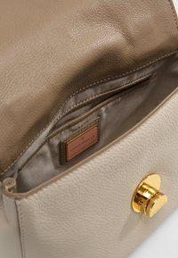 Coccinelle - LIYA SMALL GRANA TOPHANDLE - Handbag - seashell taupe - 5