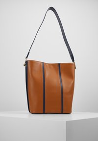 Coccinelle - FRENCHY STRIPES PATCH - Bolso de mano - ink/caramel - 2