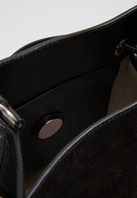 Coccinelle - SANDY - Handbag - noir - 4