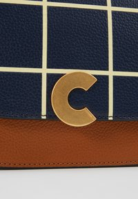 Coccinelle - CRAQUANTE TILES PRINT - Across body bag - ink/caramel - 5