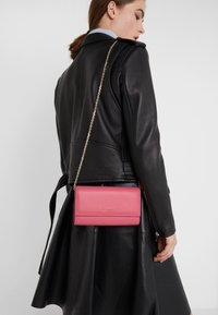 Coccinelle - SOFT - Monedero - glossy pink - 1