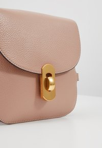 Coccinelle - ZANIAH - Across body bag - pivoine - 7