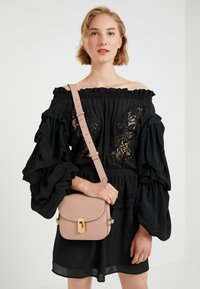 Coccinelle - ZANIAH - Across body bag - pivoine - 1