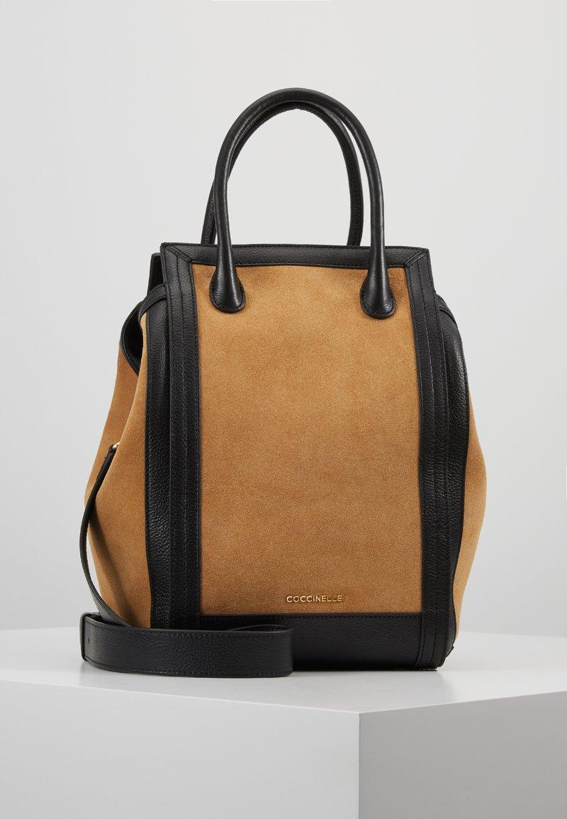 Coccinelle - MADELAINE - Håndtasker - camel/noir
