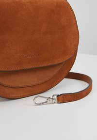 Coccinelle - SIRIO - Across body bag - caramel - 6