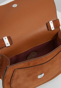 Coccinelle - SIRIO - Across body bag - caramel - 4
