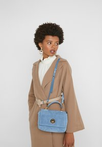 Coccinelle - LIYA MINI SATCHEL - Torebka - denim - 1