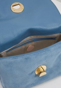 Coccinelle - LIYA MINI SATCHEL - Torebka - denim - 4