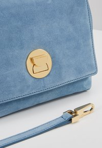 Coccinelle - LIYA MINI SATCHEL - Torebka - denim - 6