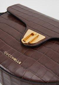 Coccinelle - BEAT HALF MOON - Torba na ramię - chocolate - 6