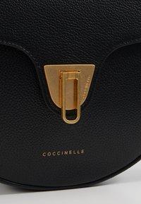Coccinelle - BEAT SOFT HALF MOON  - Torba na ramię - noir - 6