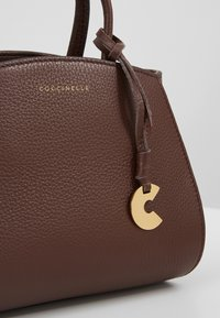 Coccinelle - CONCRETE HANDBAG - Bolso de mano - chocolate - 6