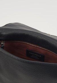 Coccinelle - ALIX GRAINY FLAP  - Across body bag - noir - 5