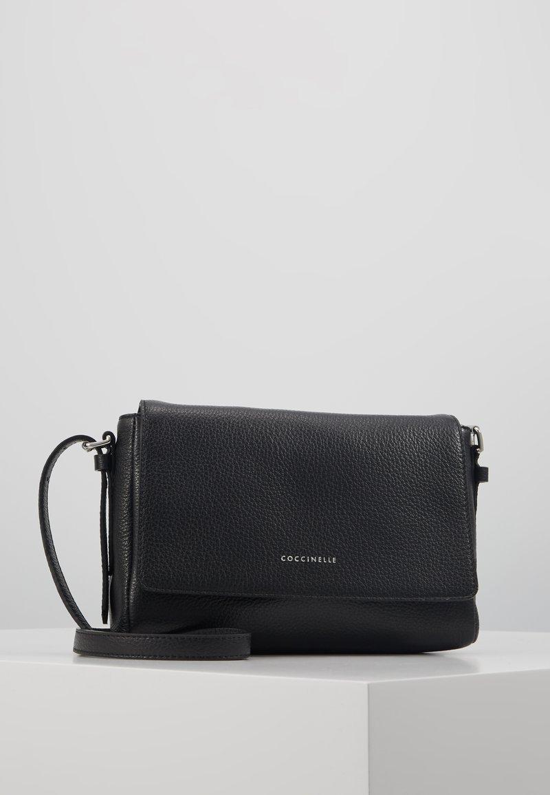 Coccinelle - ALIX GRAINY FLAP  - Across body bag - noir
