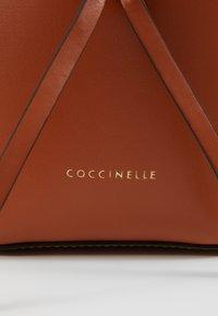 Coccinelle - FENICE BUCKET BAG - Torebka - tan - 2