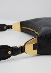 Coccinelle - ANAIS SOFT SHOULDER - Across body bag - noir - 3