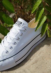 Converse - CHUCK TAYLOR ALL STAR LIFT CLEAN - Zapatillas - white/black - 4