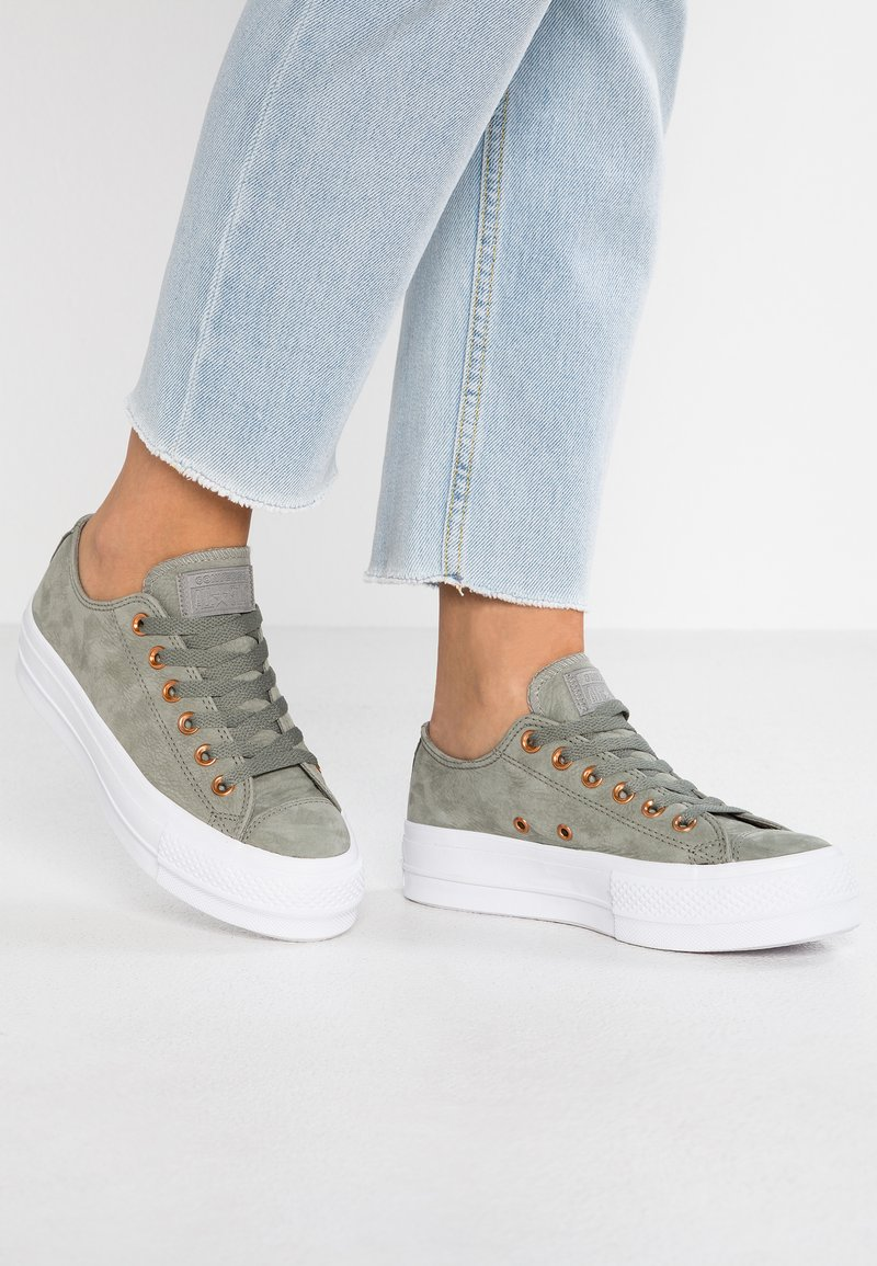 Converse - CHUCK TAYLOR ALL STAR CLEAN LIFT - Sneaker low - dark stucco/white