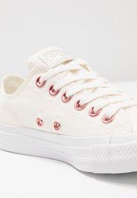 Converse - CHUCK TAYLOR ALL STAR  - Tenisky - egret/rhubarb/white - 2