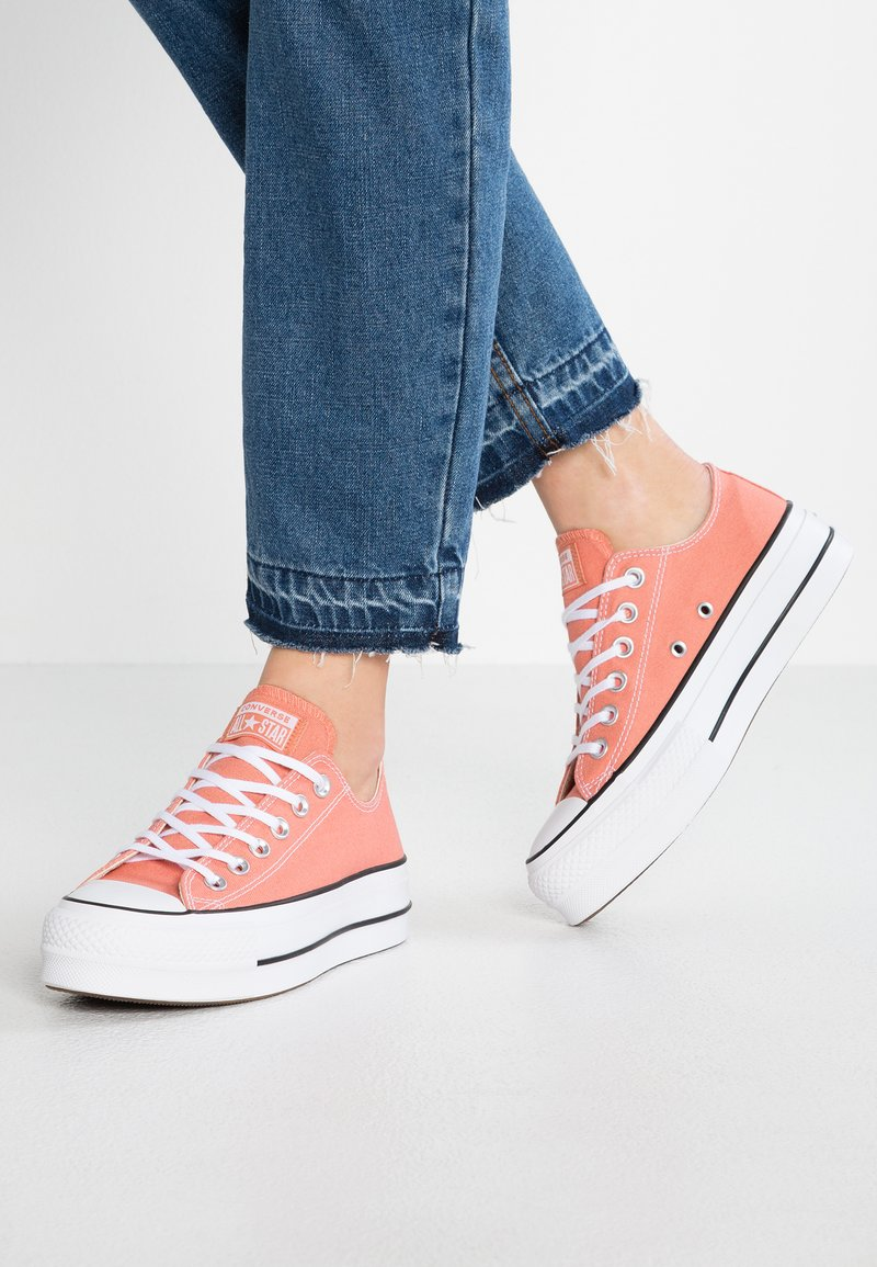 Converse - CHUCK TAYLOR ALL STAR LIFT - Sneakers laag - desert peach/white/black