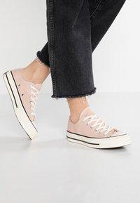 Converse - CHUCK 70 - Sneakersy niskie - particle beige/black/egret - 0