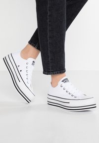 Converse - CHUCK TAYLOR ALL STAR PLATFORM LAYER - Baskets basses - white/black/thunder - 0
