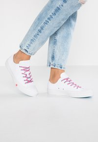Converse - CHUCK TAYLOR  - Joggesko - white/racer pink/gnarly blue - 0