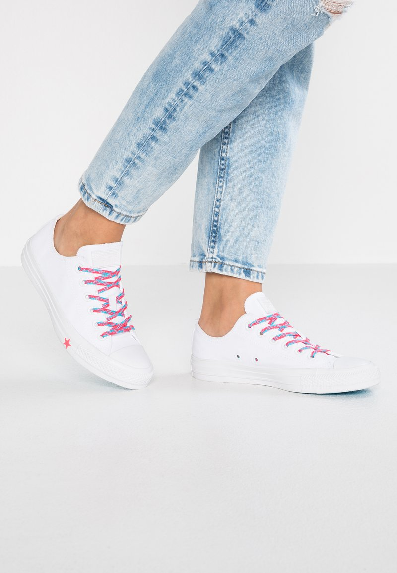 Converse - CHUCK TAYLOR  - Sneakersy niskie - white/racer pink/gnarly blue