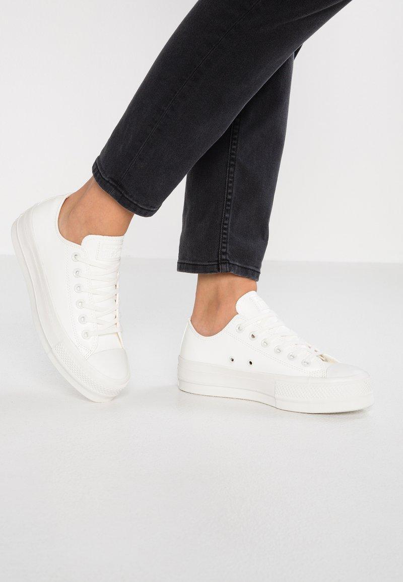Converse - CHUCK PLATFORM - Sneakersy niskie - vintage white