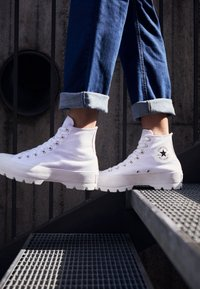 Converse - CHUCK TAYLOR ALL STAR LUGGED - High-top trainers - white/black - 4