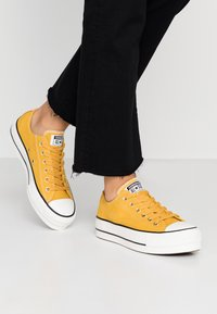 Converse - CHUCK TAYLOR ALL STAR LIFT - Joggesko - gold dart/vintage white/black - 0