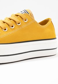 Converse - CHUCK TAYLOR ALL STAR LIFT - Joggesko - gold dart/vintage white/black - 2
