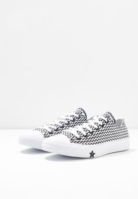 Converse - CHUCK TAYLOR ALL STAR MISSION - Trainers - white/black - 4
