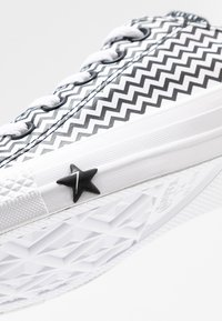 Converse - CHUCK TAYLOR ALL STAR MISSION - Trainers - white/black - 2