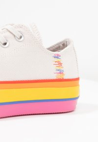Converse - CHUCK TAYLOR ALL STAR LIFT RAINBOW - Joggesko - vintage white/pale putty - 2