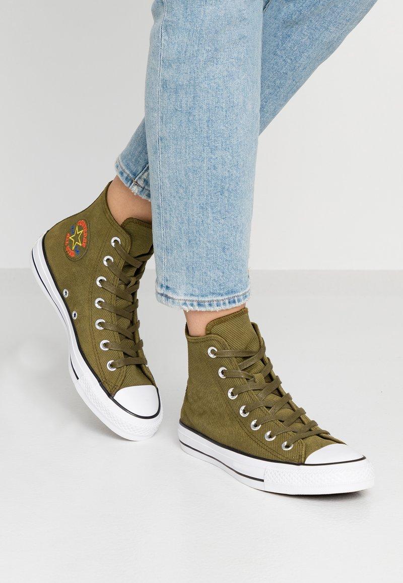 Converse - CHUCK TAYLOR ALL STAR RETROGRADE - Höga sneakers - surplus olive/habanero red