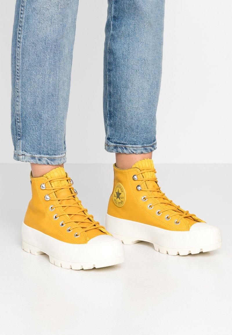 Converse - CHUCK TAYLOR ALL STAR LUGGED RETROGRADE - Zapatillas altas - gold dart/olive flak/egret