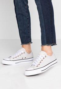 Converse - CHUCK TAYLOR ALL STAR  - Zapatillas - pale putty/white/black - 0