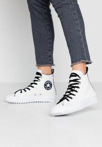 Converse - CHUCK TAYLOR ALL STAR HIKER  - Vysoké tenisky - vintage white/black/white - 0