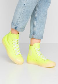 Converse - CHUCK TAYLOR ALL STAR - High-top trainers - volt/vitage white/natural ivory - 0