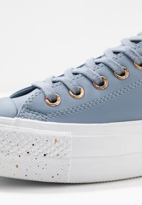 Converse - CHUCK TAYLOR ALL STAR LIFT SPECKLED - Matalavartiset tennarit - blue slate/rose maroon/white - 2