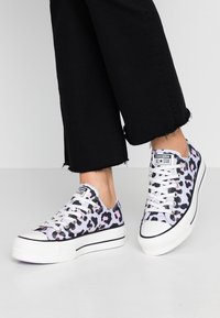 Converse - CHUCK TAYLOR ALL STAR LIFT - Matalavartiset tennarit - vintage white/multicolor/black - 0