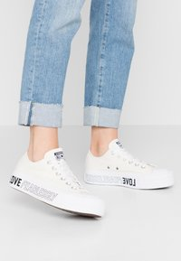 Converse - CHUCK TAYLOR ALL STAR LIFT - Sneakers laag - egret/white/black - 0