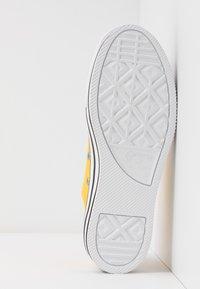 Converse - CHUCK TAYLOR ALL STAR LAYER BOTTOM - Sneakersy niskie - amarillo/white/black - 6