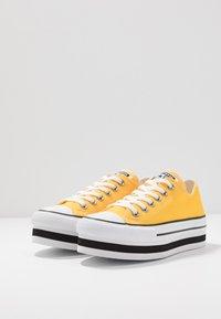 Converse - CHUCK TAYLOR ALL STAR LAYER BOTTOM - Sneakersy niskie - amarillo/white/black - 4
