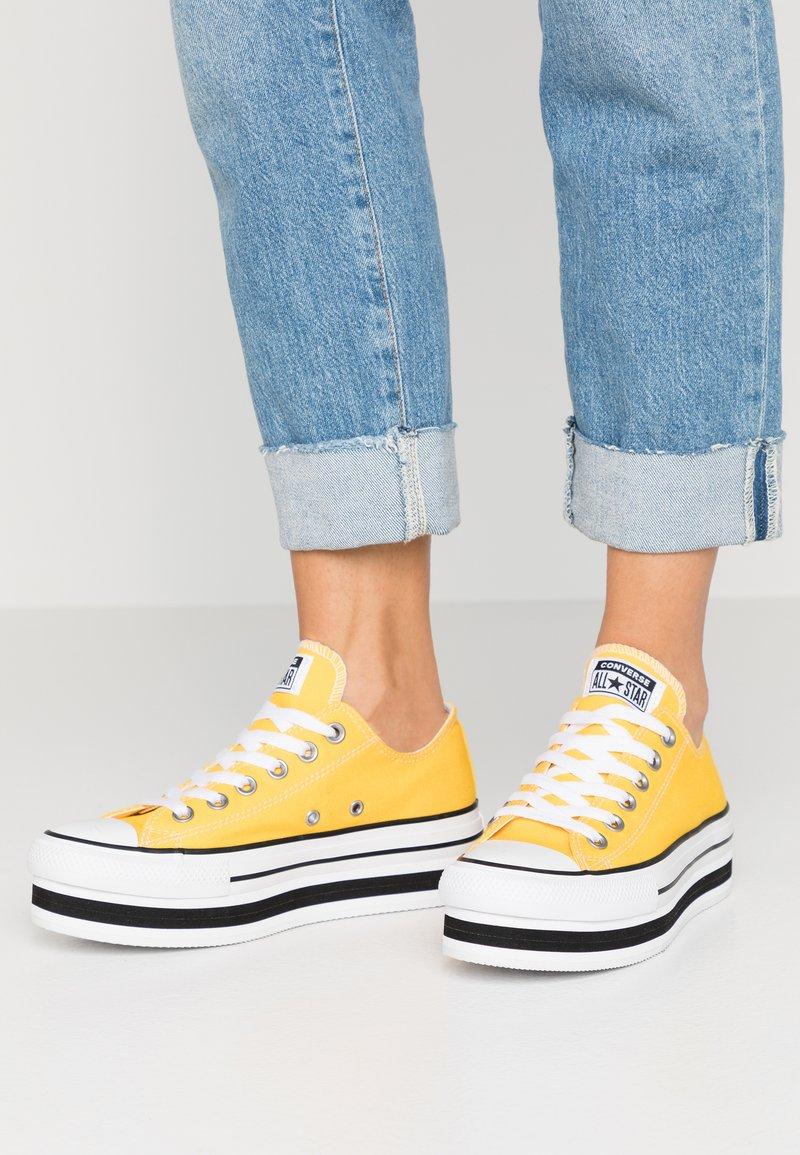 Converse - CHUCK TAYLOR ALL STAR LAYER BOTTOM - Sneakersy niskie - amarillo/white/black