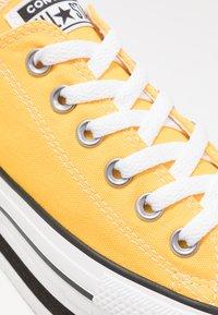 Converse - CHUCK TAYLOR ALL STAR LAYER BOTTOM - Sneakersy niskie - amarillo/white/black - 2